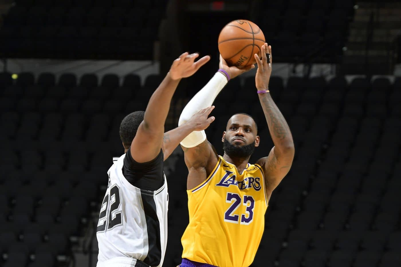 Lakers #23 up for a three pointer Spurs cant block