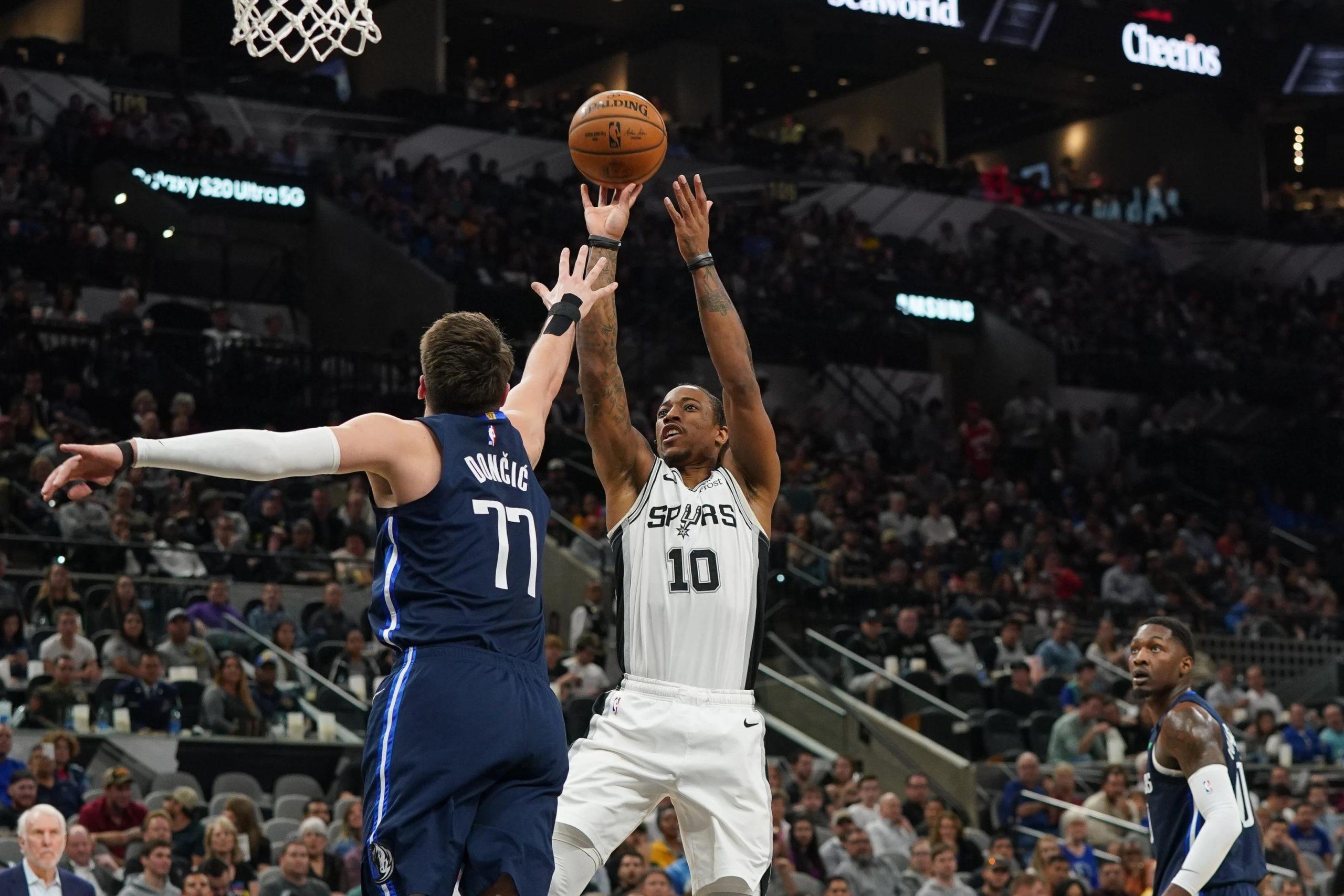 Mavericks vs Spurs #10 shooting a 2 pointer in the zone